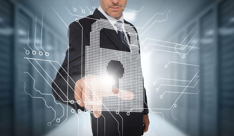 Ein Mann klickt auf ein projiziertes Schloss. Das Internet of Things steht vor der Tür