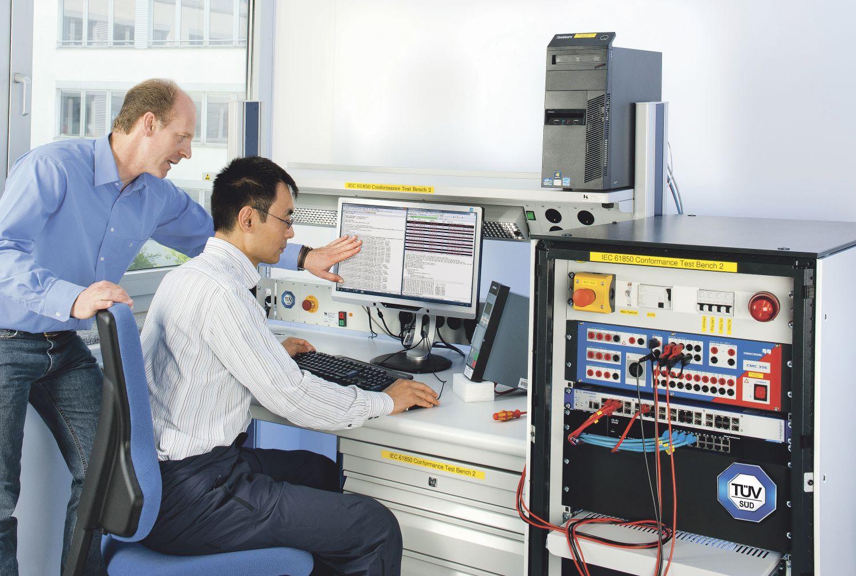 Thema Smart Manufacturing: Mitarbeiter des TÜV SÜD an ihrem Arbeitsplatz
