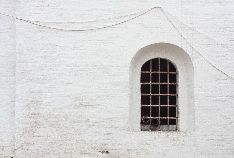Ein vergittertes Fenster. Was das Gitter dem Fenster, ist die Verschlüsselung der Datensicherheit