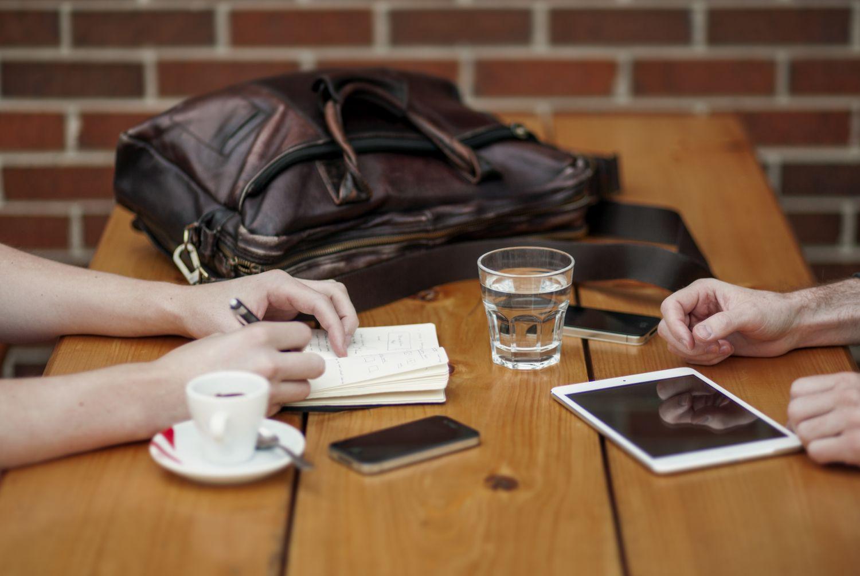 Zwei Menschen bei der Arbeit an ihren Tablets. Security Intelligence ist ein verbreitetes Thema