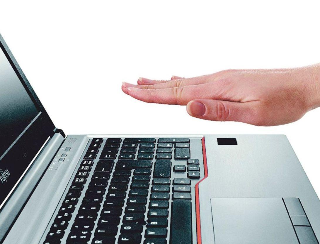 Der Handvenensensor kommt: Jemand hält seine Hand über eine Mac-Tastatur