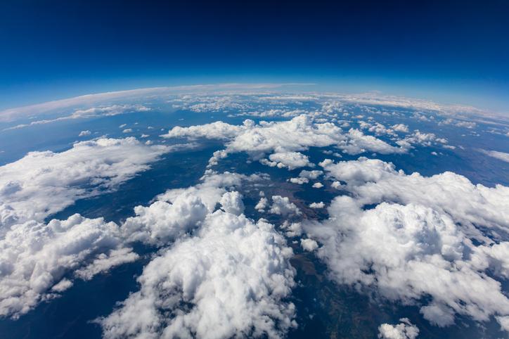 Erde und Erdatmosphäre mit Wolken