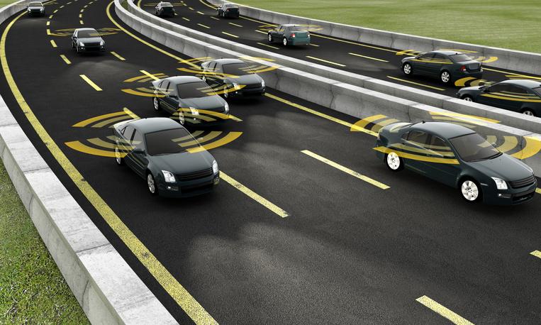 Autos mit angedeuteten Sensoren auf der Autobahn