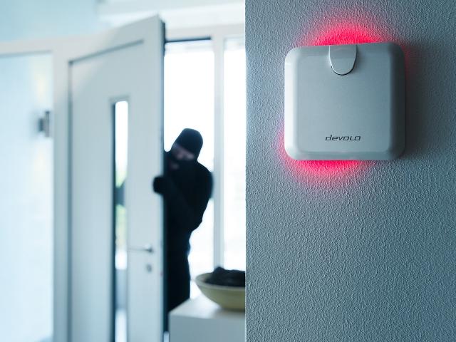 Ein Einbrecher verschafft sich Zugang zu einer Wohnung. Die Home Control Alarmsirene hätte das verhindert