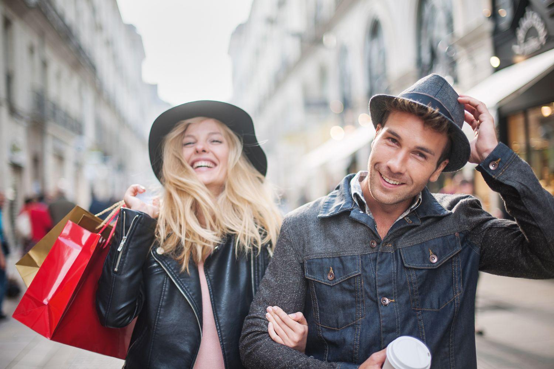 Eine Frau und ein Mann beim Shoppen in der Stadt