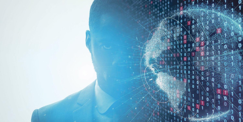 Gesicht von einem Mann und davor ist ein Hologramm der Erde.