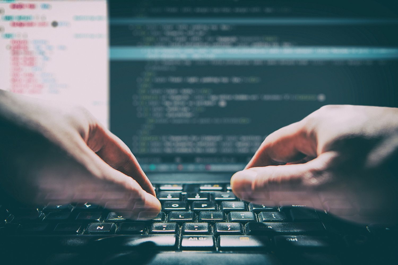 Jemand tippt auf einer Computertastatur. Thema: Ransomware