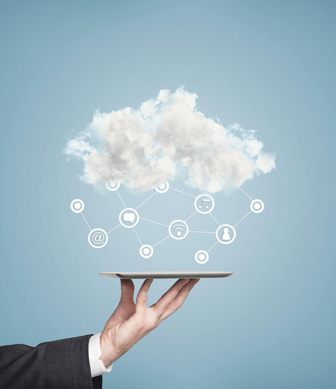 Eine Datencloud schwebt über einem Tablett. Thema: sichere Cloud
