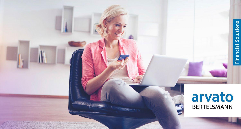 Eine Frau tippt ihre Kreditkartendaten in ein Laptop