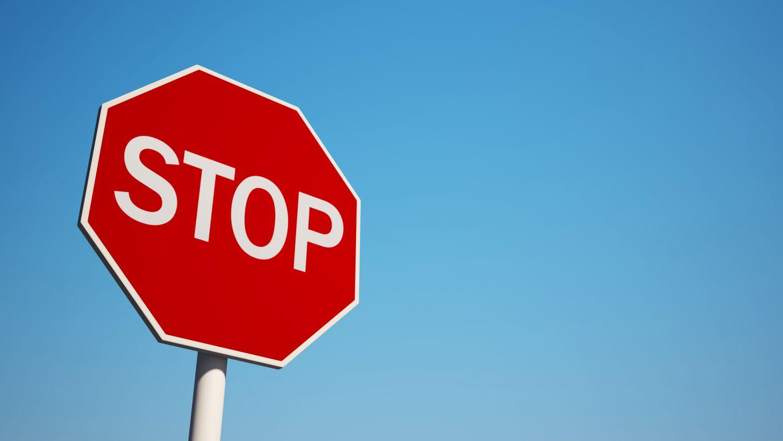 Ein Stop-Schild vor blauem Himmel. Symbolbild IT-Sicherheit und Datentransfer