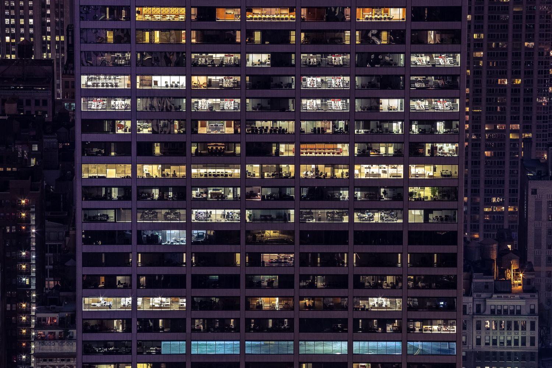 Fassade eines Geschäftsgebäudes bei Nacht. Mitarbeiter gelten als die IT-Security-Schwachstellen schlechthin