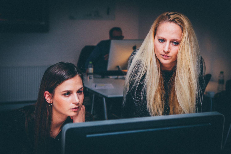 Compliance und Standards sind im Unternehmen das A und O: Mitarbeiter am PC