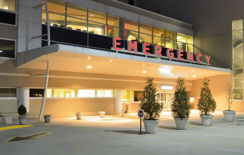 Eingang einer Notaufnahme. Krankenhäuser sind beliebte Ziele von Cyberangriffen.
