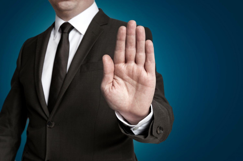 E-Privacy bedeutet Respekt der Privatsphäre auch im Job. Ein Mann hält seine Hand abwehrend hoch