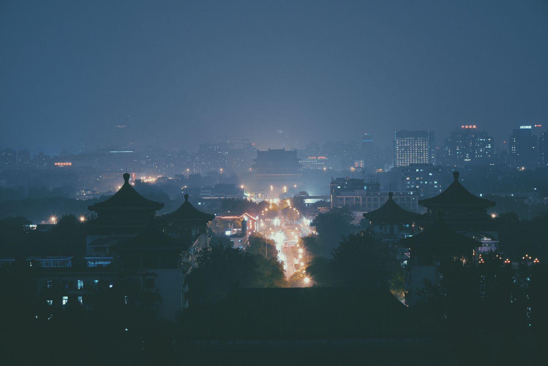 Eine chinesische Großstadt bei Nacht. Viele sehen ein von dort ausgehendes großes Gefährdungspotential hinsichtlich Industriespionage und Datenklau