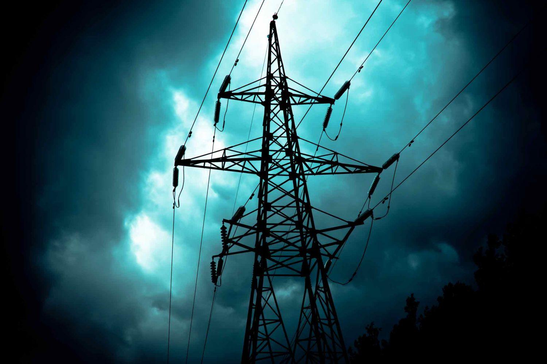 Strommast bei Gewitter
