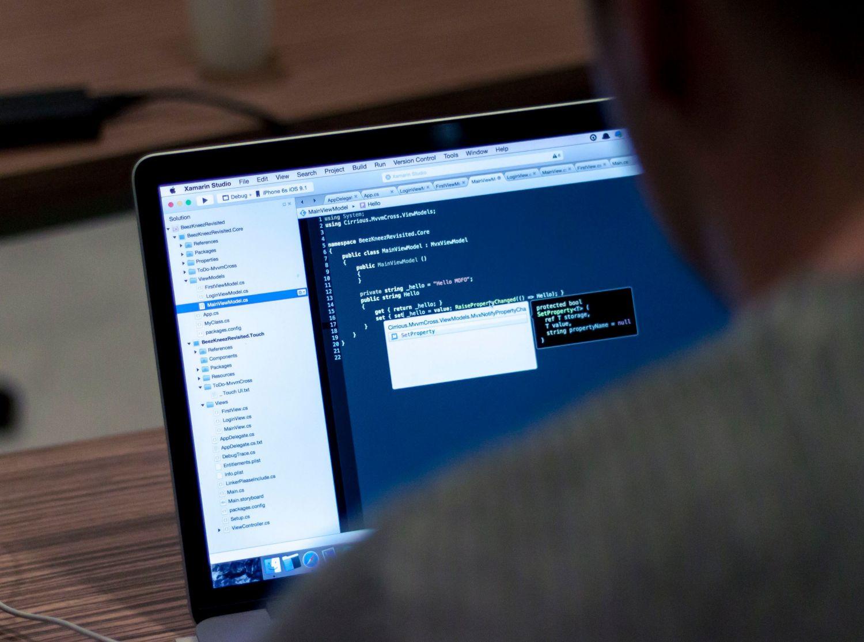 Ein Mann sitzt vor einem Computerbildschirm