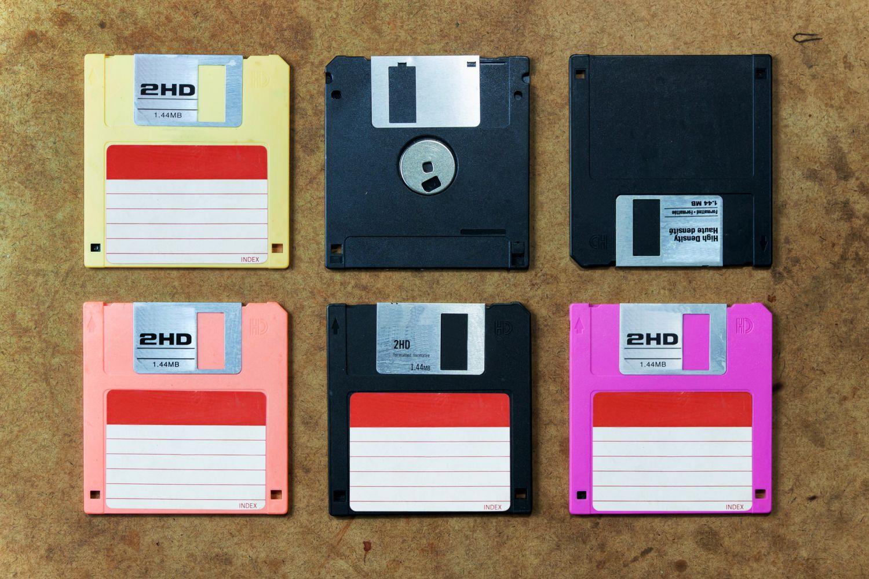Datenschutz ist ein aktuelles und wichtiges Thema. Sechs bunte Disketten liegen auf einem Tisch