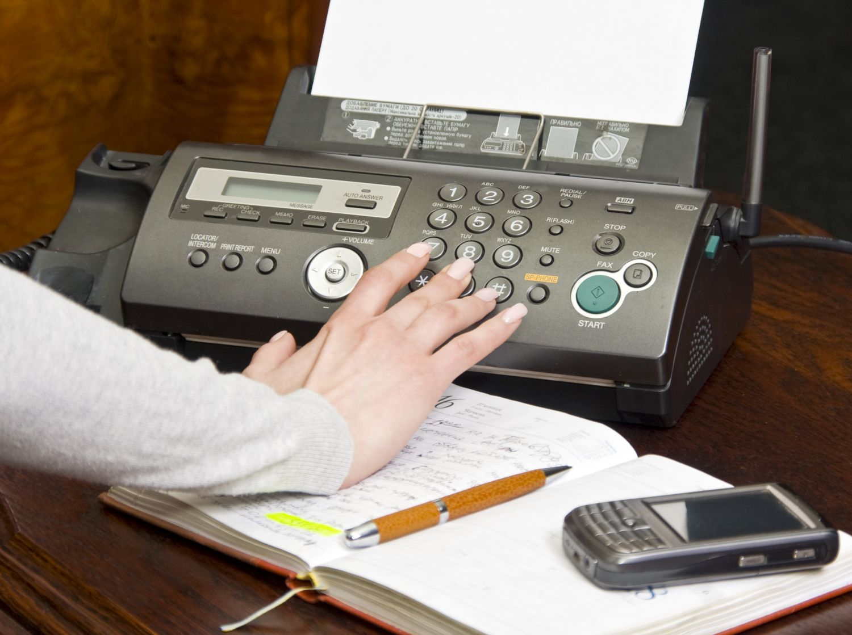 Frau bedient Faxgerät