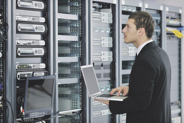 Ein Mann steht in einem Serverraum. Managed Security Services (MSS) helfen, IT-Sicherheitsfragen zu lösen