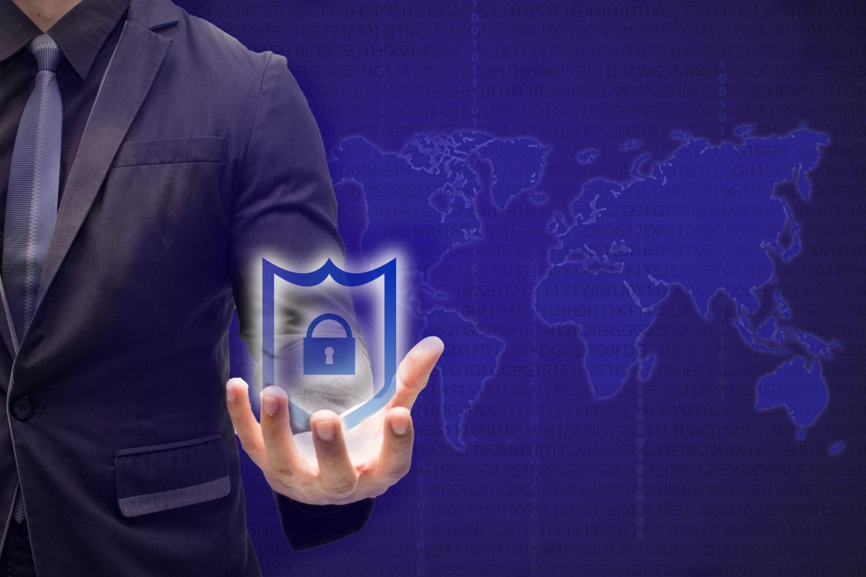 Jemand hält ein Schlossymbol in der Hand. Entpuppt sich das Internet of Things als Risiko?