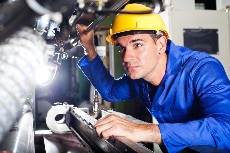 Techniker arbeitet an einer Maschine